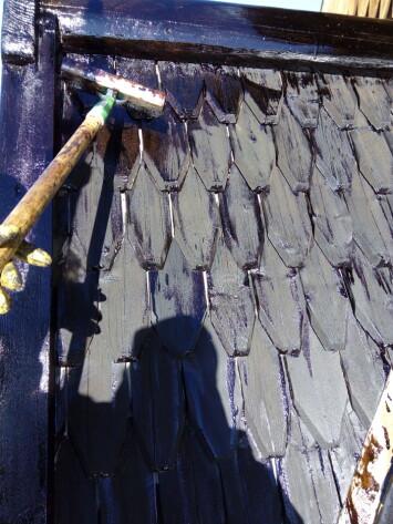 Tjærebreing på Heddal stavkirkes takflater en varm sommerdag, da Ingmar Kroken oppdaget at tjæra ble lynraskt absorbert av treverket. Variasjoner i temperatur påvirker hvordan tjæra oppfører seg.