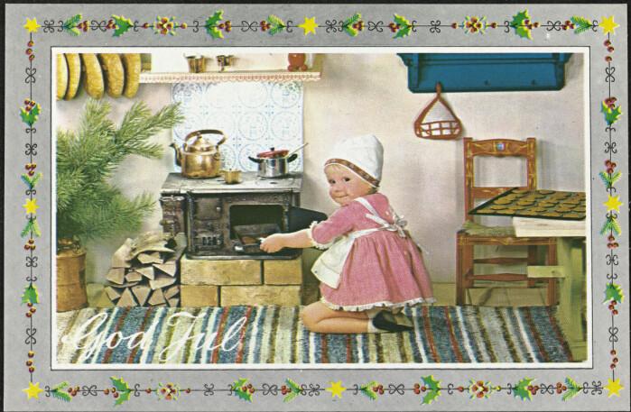En liten jente baker julekaker.