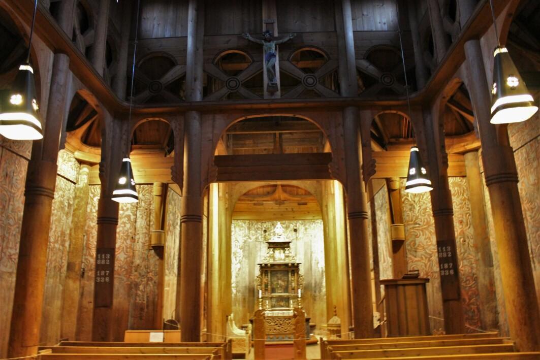Slik ser Heddal stavkirke ut i dag, etter at man på 1950-tallet forsøkte å tilbakeføre kirken til middelaldersk utseende så godt som mulig.