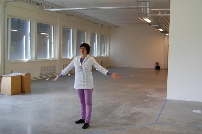Helga Næs fra Nofima viser fram lokalene hvor en ny høysikkerhetsproduksjonshall skal stå klar i 2013. (Foto: Preben Forberg)