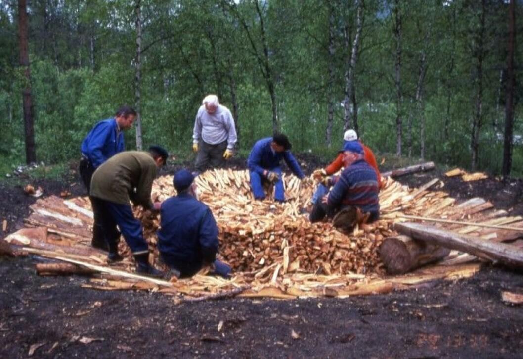 Det tar lang tid å bygge en tjæremile. Man skal lage fundament, finne tyrived og bygge selve milen. Dette bildet er fra oppbygging av en mile i Øverbygd i Troms i 1996.
