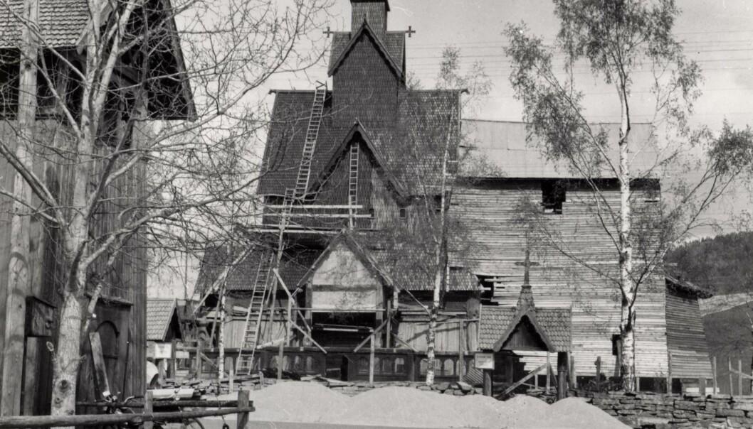 Heddal stavkirke under restaureringen på 1950-tallet. Mens kirken ble plukket ned del for del, ble et vernebygg satt opp rundt for å beskytte den åpne kirken for vann, vær og vind.