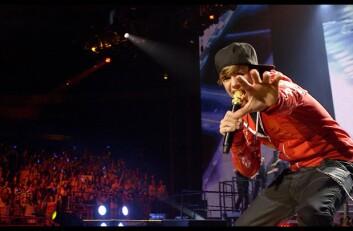 Ungdom er del av en masse der de tilber og er avstandsforelsket i musikkstjerner i passe alder. (Foto: Filmweb)
