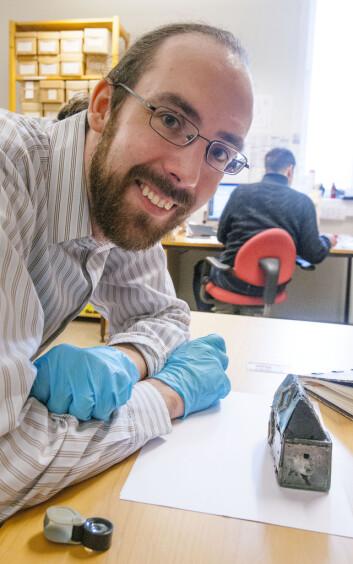 Doktor i arkeologi, Griffin Murray, undersøkte gravfunna då han var på snarvisitt på Vitenskapsmuseet i mars i år. (Foto: Åge Hojem/NTNU Vitenskapsmuseet)