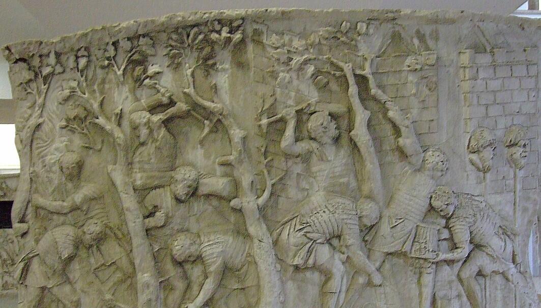 Romerske soldater ble brukt til å bygge leire og andre konstruksjoner. Dette er fra Trajans søyle i Roma, og viser romerske legionærer som bygger en vei under krigen i Dacia (blant annet dagens Ungarn og Romania)