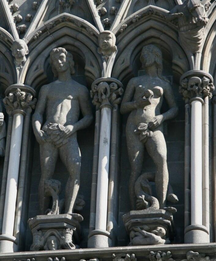 Adam og Eva på kirkens vestfront kommer fra Bodø. Steinen altså. Laget av peridotitt fra Solvåg under restaureringsperioden. (Foto: NGU)