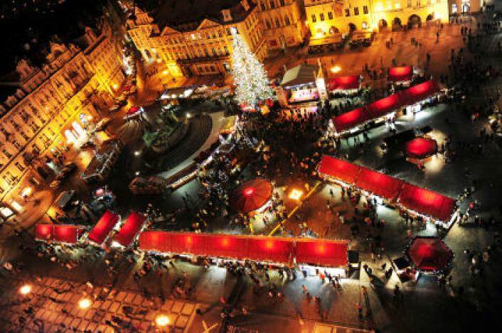 Julemarked i Praha. Forskere har nå nyttiggjort seg av en rekke julemarkeder i og rundt den tsjekkiske hovedstaden til et storskala fiskeeksperiment. (Foto: iStockphoto)