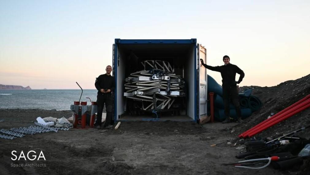 Rom-habitatet ankom sammenfoldet i en shippingcontainer. Når det foldes ut, blir det 750 prosent større.