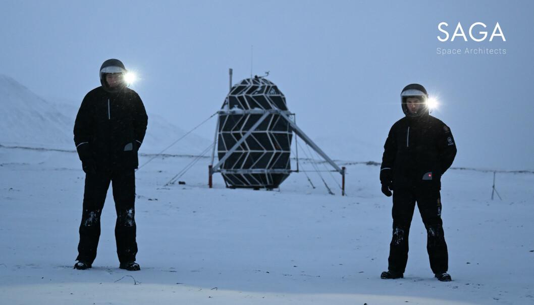 Karl-Johan Sørensen (til venstre) og Sebastian Aristotelis (til høyre) foran det ferdige habitatet. Det tok 30 dager å bygge. De hadde håpet å kunne gjøre det på 9.