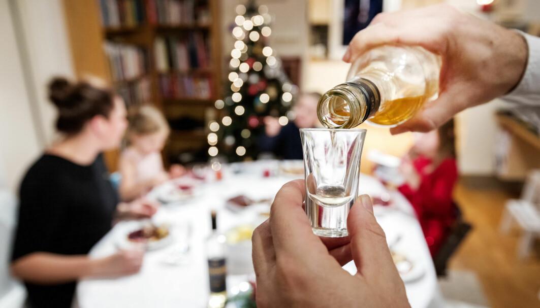 Det som vi voksne opplever som positive effekter av alkoholen; at vi ler høyere, kommer litt tettere på og mister hemninger, kan oppleves skremmende og ubehagelig for de små, mener alkovettorganisasjonen Av-og-til.