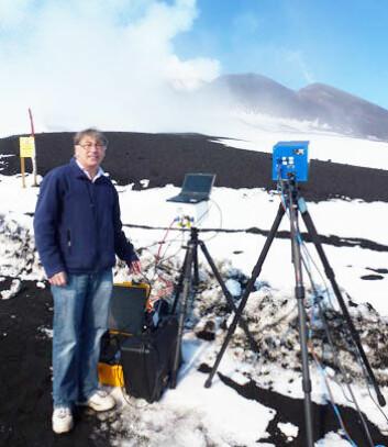 Fred Prata foran Etna. (Foto: (Adam Durant, NILU))