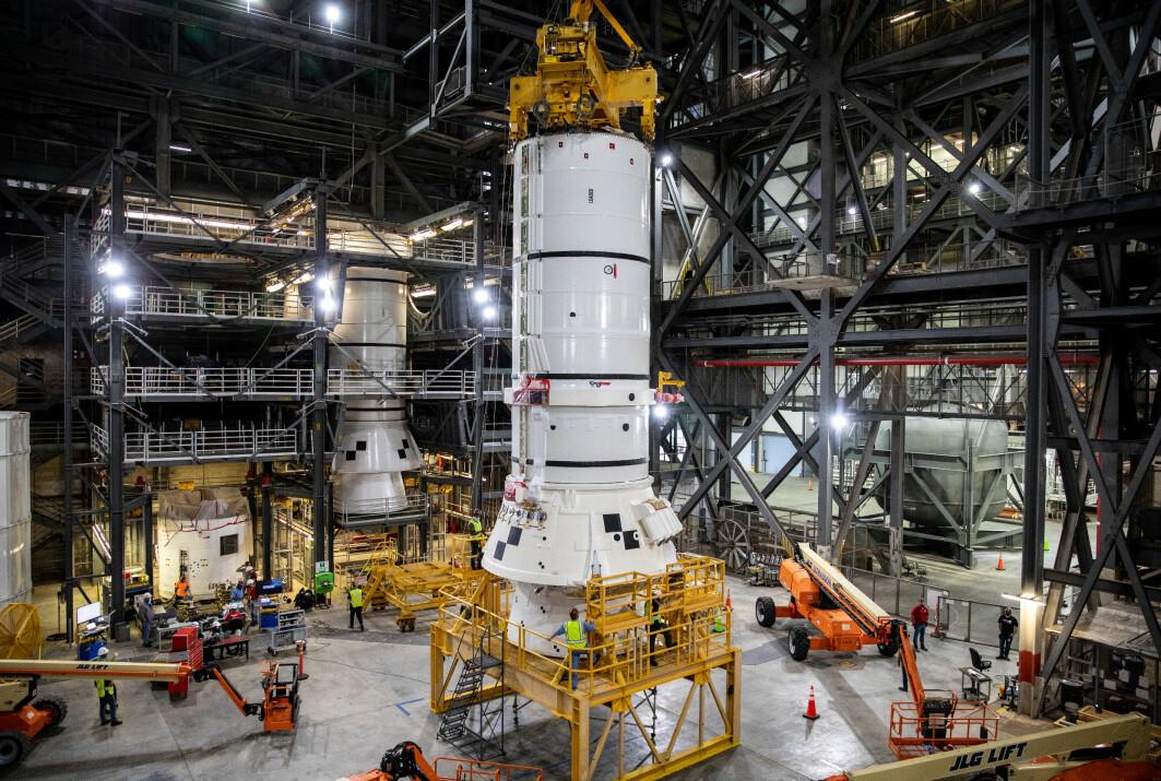 Her settes bærerakettene til NASAs neste rakettsystem SLS sammen. SLS skal spille en viktig rolle i Artemis-programmet. SLS har hatt store forsinkelser og budsjettoverskridelser, og den første oppskytningen skal skje i siste halvdel av 2021.