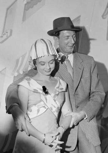 Leif Juster var gjennomgangsperson i mange av husmorfilmene. (Her fotografert på teateret Edderkoppen sammen med Unni Bernhoft i 1959). (Foto: Wikimedia)