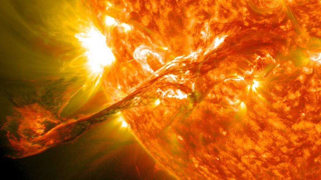 Solstormer er en slags «vulkanutbrudd» på sola. Om en slik storm går direkte mot jorda, kan det få alvorlige konsekvenser. Dette bildet av en kraftig solstorm ble tatt av NASA i 2012.