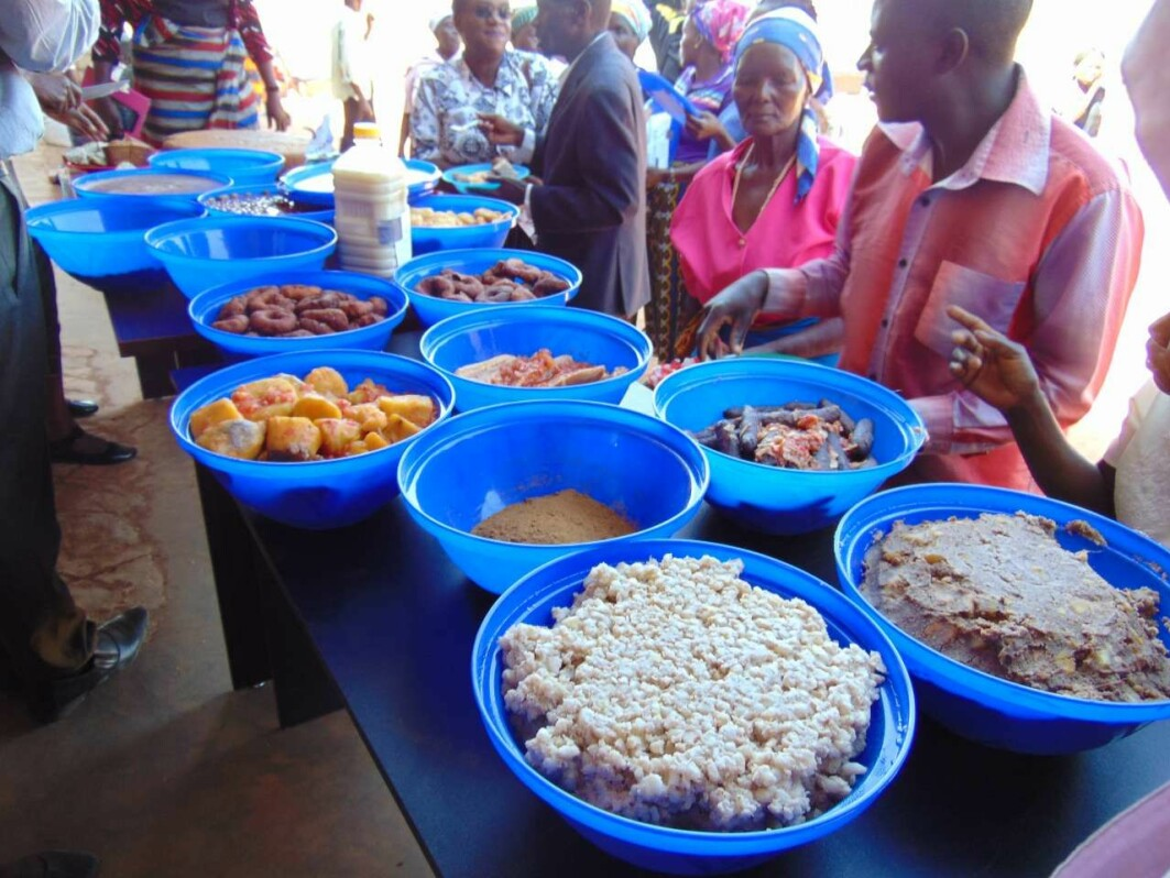 The InnovAfrica project arranges food recipe sharing and displays where the community gets together to cook and exchange information regarding their own recipes of food preparation from cereals and legumes.