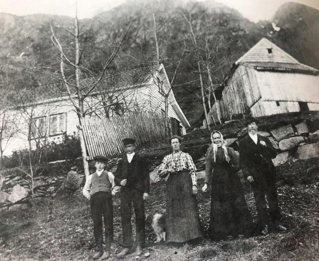 Bruket på Indre Rødne rundt 1905: Hanne og Sven til høgre, saman med tre av fem born. Eldste dotter var låghalt, og ho stelte for foreldra og ein ufør yngre bror heile livet sitt. Dei andre reiste ut – ein son heilt til Dakota i USA.