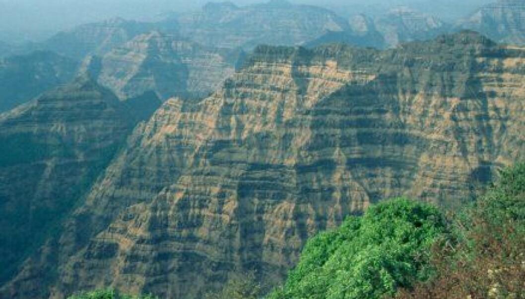 """""""Dette bildet av Deccan traps viser lag på lag med lava. Utbruddene var større en noe vulkanutbrudd i moderne tid. På sitt tykkeste er Deccan traps 2,7 kilometer. Området dekker rundt 500 000 kvadratkilometer. Utbruddene kan ha vart i et par millioner år."""""""