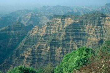 """""""Decca Traps ligger i vestlige India og er et av de største vulkanske områdene på jorda. Forskere tror asteroidenedslaget utenfor Indias vestkyst kan ha ført til ekstreme vulkanutbrudd her."""""""