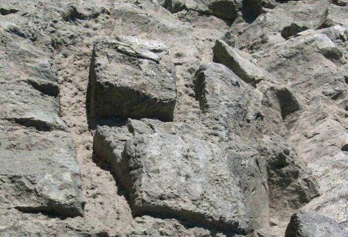 Klebersteinsblokker hugget i berget, klar til å løsnes og fraktes ned til Nidarosdomen. Slik så det ut i steinbruddet på Bakkaunet. (Foto: NGU)