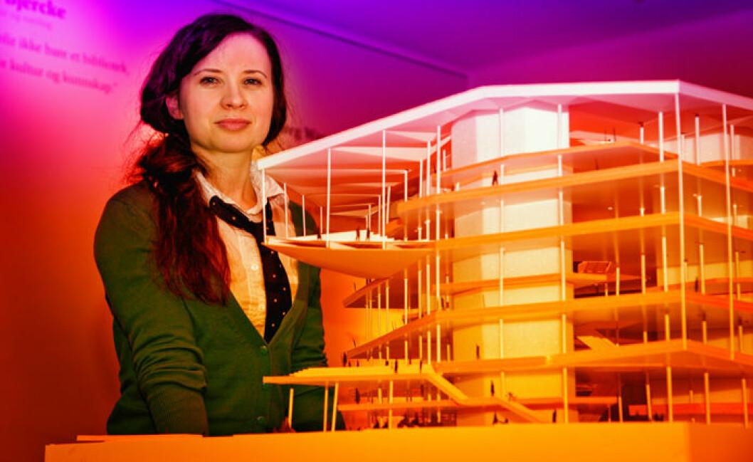 Forsker Sunniva Evjen ønsker seg politiske visjoner for Nye Deichman og bibliotektjenesten fremover. Her ved en modell av det nye hovedbiblioteket. (Foto: John Hughes/HiOA)