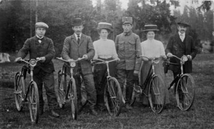 Både damer og herrer fra borgerskapet likte å dra på sykkeltur. Etter hvert fikk også kvinner fra arbeiderklassen råd til å kjøpe sykkel. Dette bildet er tatt en gang mellom 1910 og 1940. (Foto: Akershusbasen)
