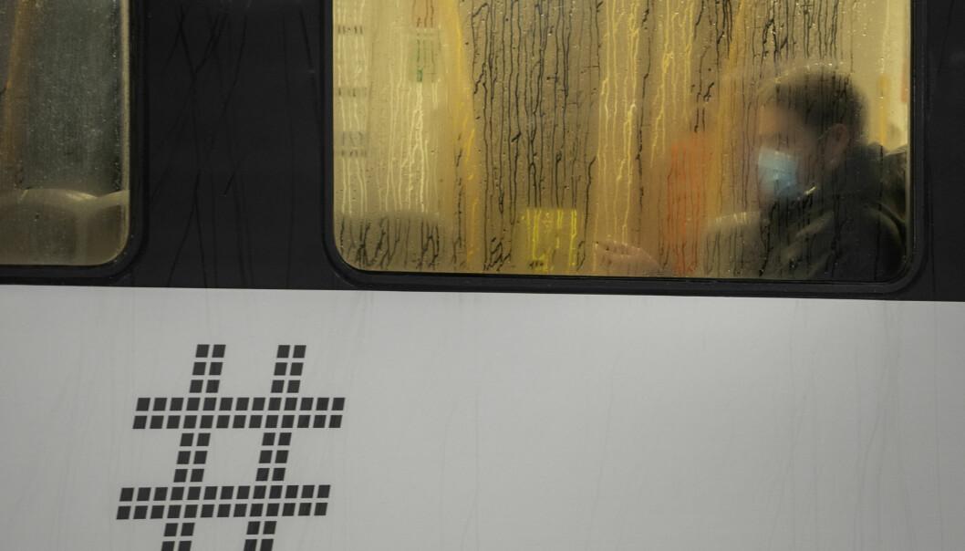 Mange er slitne av koronatiltakene og vil gjerne senke skuldrene. Her fra T-banen i Oslo.