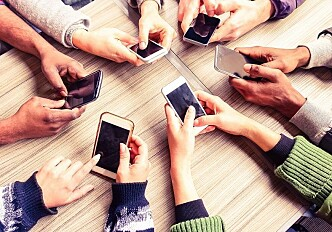 Why we use our smartphones at cafés