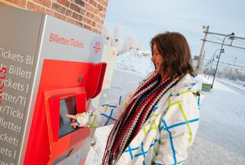 Kjersti Maageng Nordås fra Jessheim skjønner godt at billettautomaten til NSB er vanskelig å bruke for synshemmede. (Foto: HiOA)
