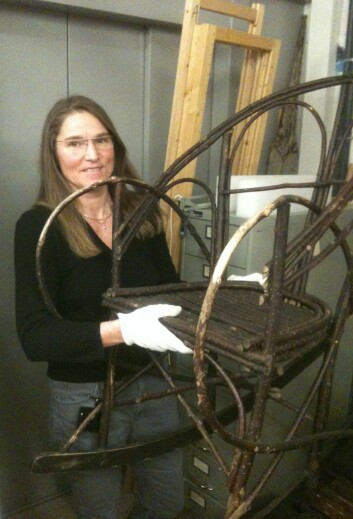 Blant alle Tromsø museums 6000 gjenstander, er denne stolen Anita Maurstads favoritt. (Foto: Hanne Jakobsen)