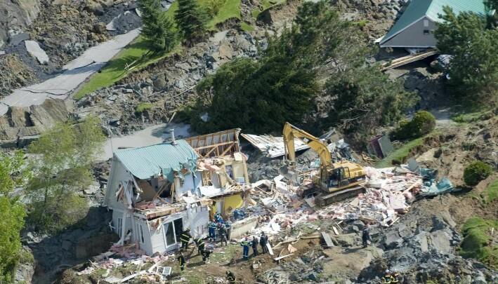 Redningsmannskap leter gjennom vrakrester etter kvikkleireraset i Saint-Jude i mai, 2010.