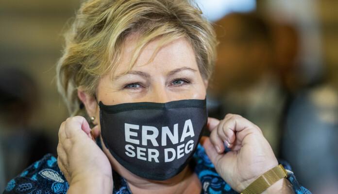 Erna Solberg (H) hadde nytt munnbind på seg før fremleggelsen av statsbudsjett for 2021. I et intervju med NTB 16. april i fjor sa Solberg at hun ikke er sikker på at det nødvendigvis er noen sammenheng mellom statslederes kjønn og måten landet har taklet koronakrisen på.