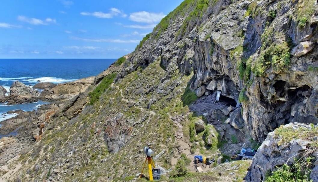 Blomboshulen ligger på østkysten av Sør-Afrika. Hulen ligger nært kystlinjen og har vært boplassene til folk som levde for 70 000 år siden.