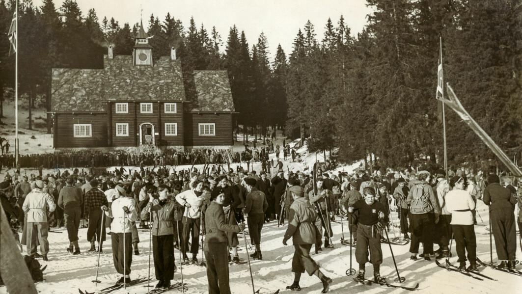Sol og truleg godt føre: Storutfart framfor det gamle Skimuseet ved Frognerseteren ein gang i 1920-åra.