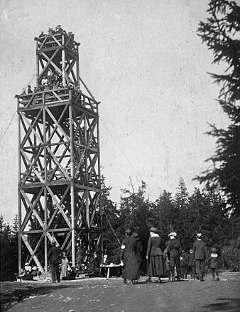 Tryvannstårnet var eit populært turmål allereie frå 1863, da det første utkikstårnet blei bygga av Thomas Heftye. Her frå det andre tårnet, omlag 1920.