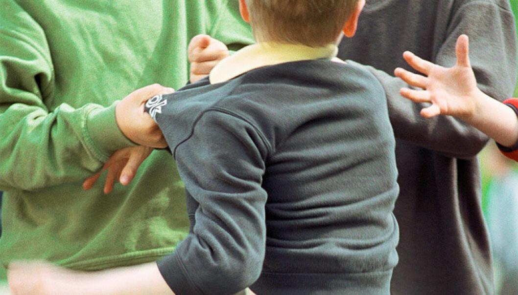 Hva betyr barndommen for personligheten vår? Man kan få svært lav selvtillit hvis man som barn opplever å bli systematisk holdt ute av de andre barna. Colourbox