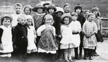 """""""En gruppe kvenske barn i Salttjern, Vadsø kommune, et kjerneområde for finsk innvandring. Bildet er tatt i 1926. Foto: Samuli Paulaharju. Tromsø museum/Nasjonalmuseet Helsingfors."""""""