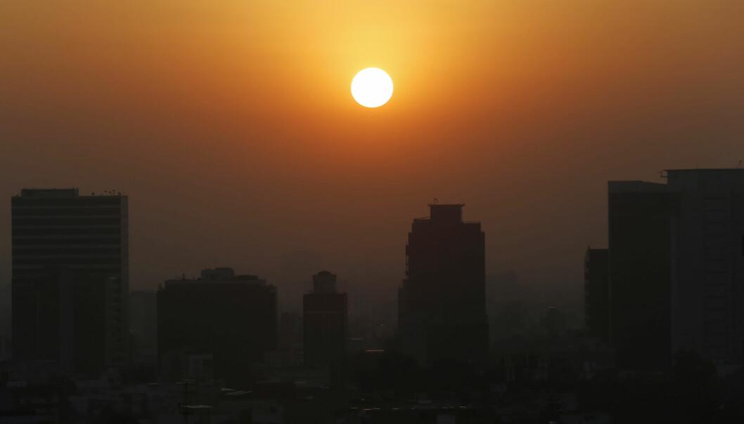 Solen stiger over Mexico-by i tørkeperioden i februar i fjor. 2020 blir historisk som ett av verdens varmeste år.