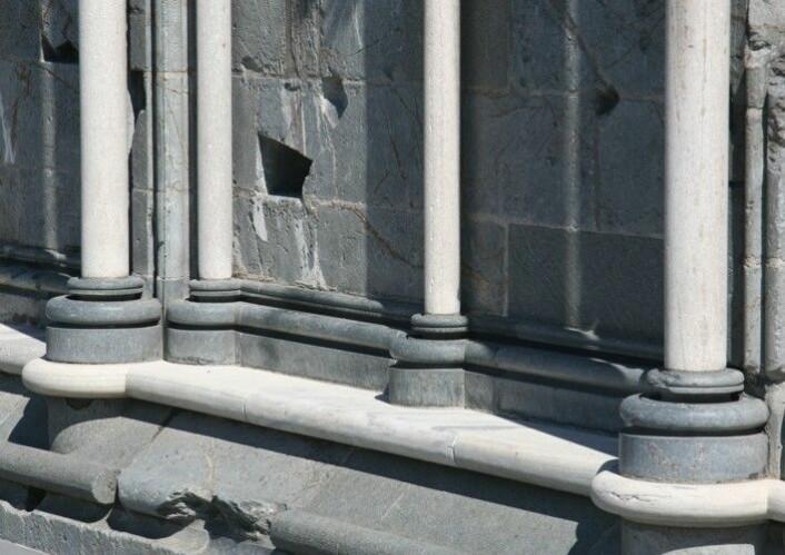 To hvite marmortyper til ulikt formål. Platemarmor fra Steinkjer nederst, søylemarmor fra Allmenningøya i Roan øverst. (Foto: NGU)