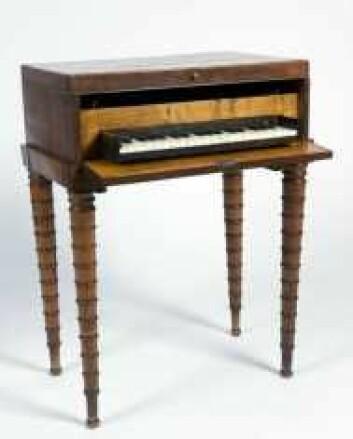 Denne praktiske kombinasjonen av sybord og piano fra 1800-tallet viser tydelig hva som var forventningene til borgerklassens kvinner. (Foto: Anne-Lise Reinsfelt/Norsk Folkemuseum)