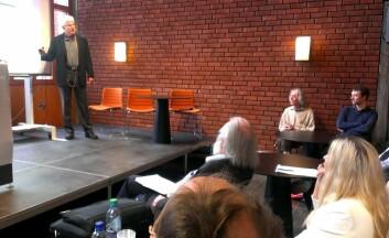 David Buss presenterte menneskelige paringsstrategier for tilhørerne på Blindern. Han mener de evolusjonære forklaringene på hvorfor kjønnene opptrer forskjellig står sterkere enn teoriene fra den klassiske psykologien. (Foto: Hanne Østli Jakobsen)