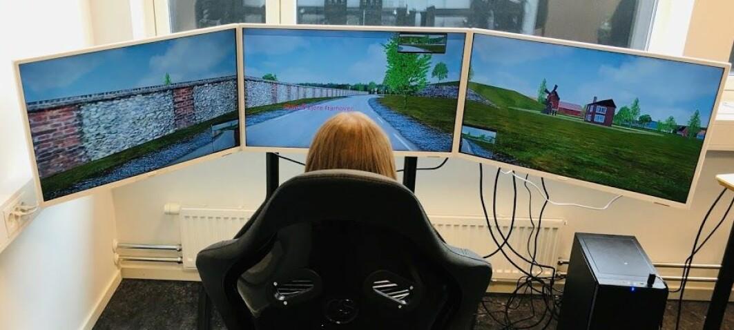 Bildet viser en forsker som øvelseskjører med simulatoren.