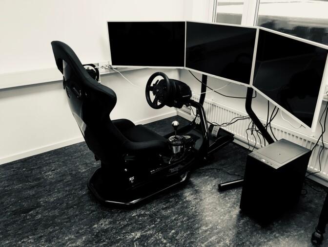 Simulatoren de øvde på hadde et førersete, ratt, gass, gir og bremsepedaler og tre skjermer.