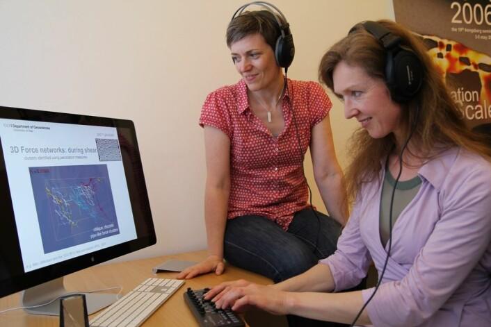 Karen Mair (til venstre) og Natasha Barrett hører på lydkunst mens de studerer en datamodell som forteller om hva som skjer inne i en stein som knuser. Ved å bruke et tastatur kan man regulere styrken på de ulike lydene og slik skape det kunstneriske uttrykket. (Foto: Gunhild M. Haugnes)