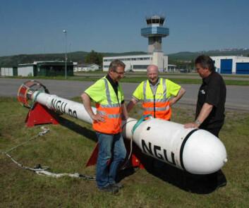 NGUs Rolf Lynum, Janusz Koziel og Jan Steinar Rønning ved målesonden som registrerer variasjoner i magnetfeltet og den elektriske ledningsevnen i berggrunnen. (Foto: Gudmund Løvø/NGU)