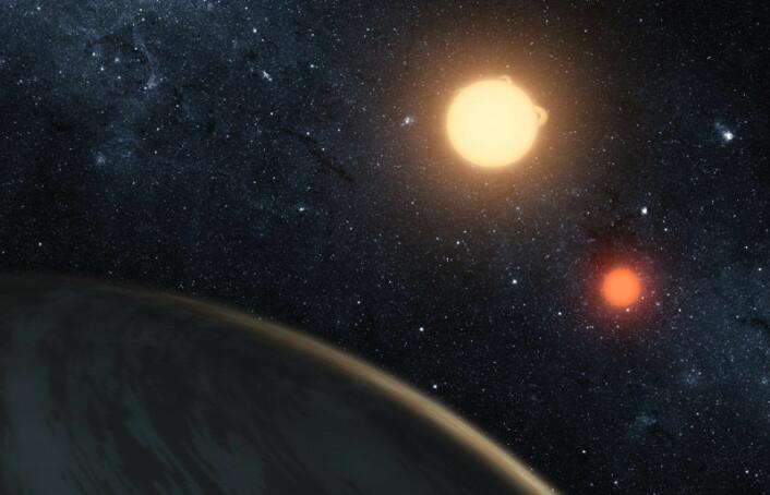 NASAs Kepler-romteleskop har oppdaget en planet hvor to soler går ned bak horisonten istedenfor bare en. Planeten kalles Kepler-16-b, og er trolig ikke beboelig. Det er en kald gassverden. Den gule dvergstjernen har en masse rundt 69 prosent av vår sol, og den røde dvergstjernen bare rundt 20 prosent. (Foto: (Illustrasjon: NASA/JPL-Caltech))