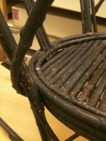 Selv om stolen helt tydelig er hjemmelaget, er den allikevel forseggjort. (Foto: Hanne Jakobsen)