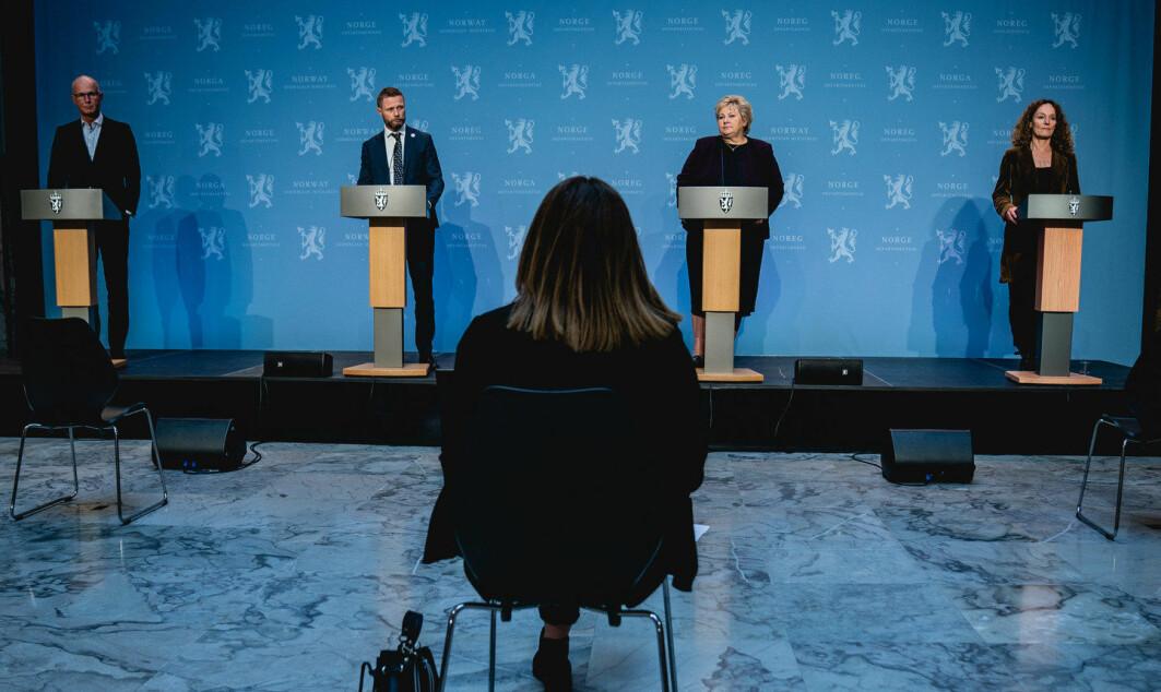 Eksperter tar stadig mer plass i norsk politikk. Her helsedirektør Bjørn Guldvog, helse- og omsorgsminister Bent Høie, statsminister Erna Solberg og direktør i Folkehelseinstituttet Camilla Stoltenberg på pressekonferanse høsten 2020.