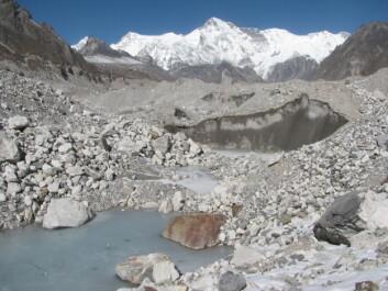 Isen i Himalaya smelter jevnt, selv om det ikke går like kjapt i alle områder. Her fra Ngozumpa-breen i nærheten av Mount Everest, i Nepal. (Foto: Kimberly Casey)