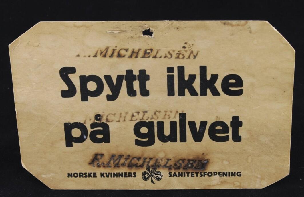 Folk sluttet å spytte inne etter at tuberkulosen herjet i Norge på begynnelsen av 1900-tallet. Men enkelte trengte en påminner. Her ser vi en såkalt spytteplakat fra Norske Kvinners sanitetsforening.