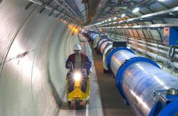 """""""Forskerne bruker både sykler og el-mopeder for å ta seg fram i den 27 kilometer lange tunnelen. (Foto: CERN)"""""""